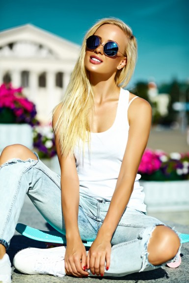 high-fashion-look-glamor-stylish-beautiful-young-blond-model-girl-teenager-summer-bright-casual-hipster-clothes-with-skateboard_158538-2568